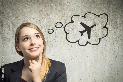 Leinwanddruck Bild Junge Frau denkt an Flugzeug