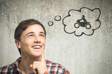 Junger Mann denkt an Motorrad