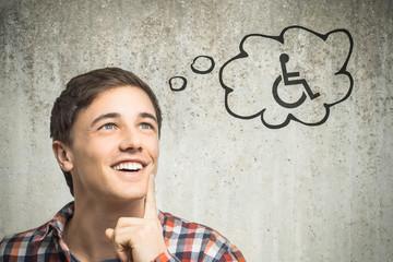 Junger Mann denkt an Rollstuhl