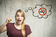 Junge Frau denkt an Zigarettenverbot - 79415736