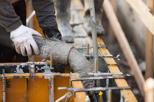 住宅の基礎工事 型枠への生コン打設 - 79417564