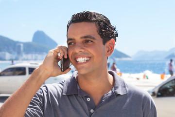 Sympathischer junger Mann telefoniert in Rio de Janeiro