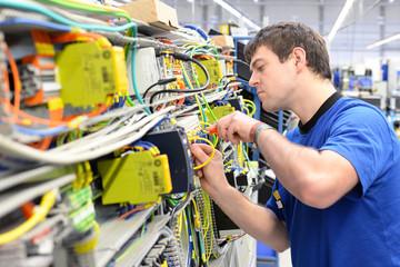 Montage von Schaltschränken // Installation in HiTech factory
