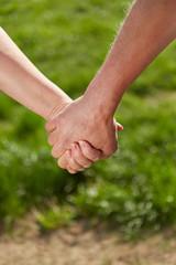 Alte Frau und alter Mann halten Hände im Park
