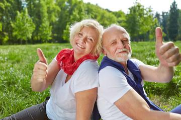 Zufriedene Senioren halten Daumen hoch