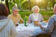 Familie mit Senioren feiert Geburtstag - 79429914