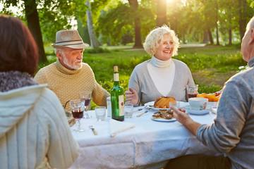 Familie mit Senioren feiert Geburtstag
