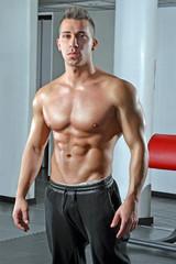 Retrato de un hombre fuerte en un gimnasio.
