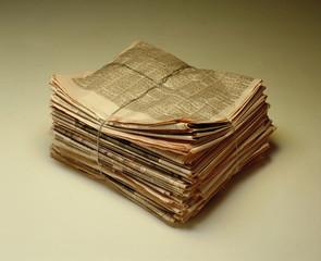 Paquetes de periódicos atados.