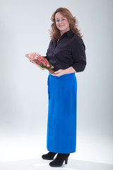Frau vom Catering Service liefert Wurstplatte