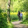 Reiterin führt ihr Pferd am Zügel