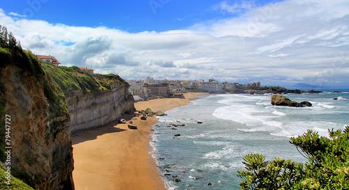 Fotobehang Kust La côte basque à Biarritz avec vagues et ciel bleu
