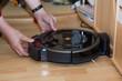 Leinwanddruck Bild - Staubsaugerroboter Schmutzfach entleeren