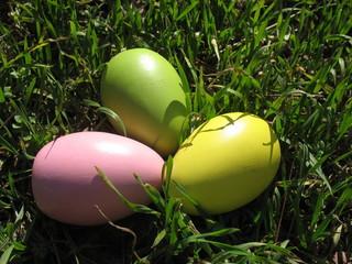 Пасхальные яйца на молодой весенней траве