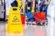 Leinwanddruck Bild - Unfallgefahr Warnschild vor Reinigung