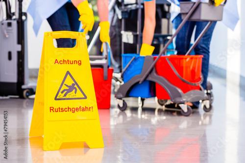 Leinwanddruck Bild Unfallgefahr Warnschild vor Reinigung