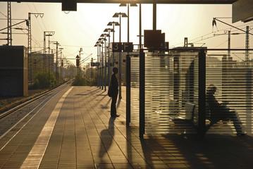 Szene auf einem Bahnsteig mit Gegenlicht