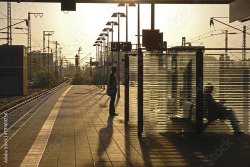 Aluminium Treinstation Szene auf einem Bahnsteig mit Gegenlicht