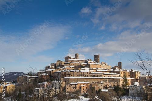 Leinwandbild Motiv Borgo medievale di Sarnano nella regione Marche - Italia