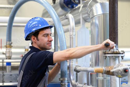 Monteur in der Industrie // Engineer in the industry - 79481518