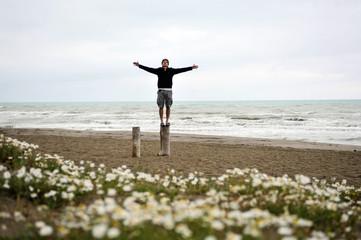 mann am strand beim meditieren