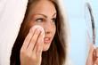 Frau beim abschminken
