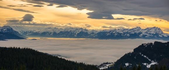 Föhnstimmung über den Schweizer Bergen
