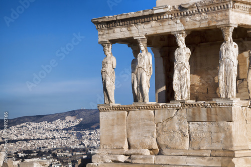 In de dag Athene Famous Caryatides in Acropolis, Athens, Greece