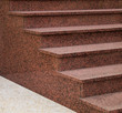 Moderne Außentreppe aus rosa Granit im Halbprofil - 79494955