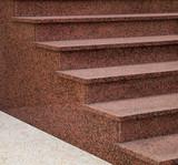 Moderne Außentreppe aus rosa Granit im Halbprofil