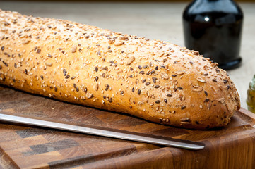 Bastone di pane sul tagliere