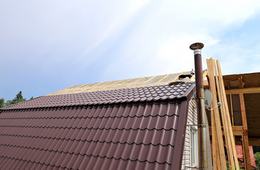 Covering the roof of a metal tile