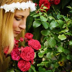 Frau mit Rosen im Garten