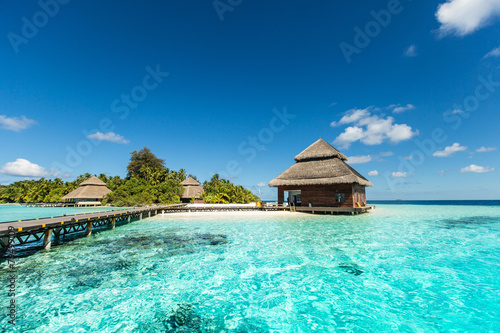 Foto Spatwand Eilanden Beach Villas on small tropical island