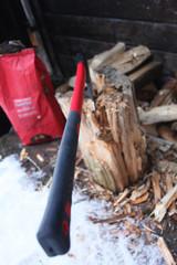 Holz hacken mit roter Axt