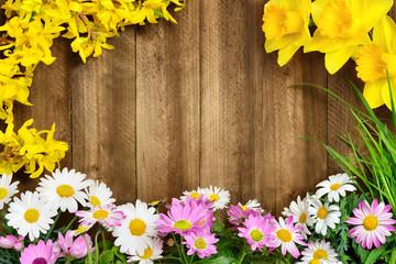 Frühlingsblumen umrahmen Holz