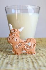 Керамическая декоративная корова и стакан молока
