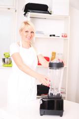 Hausfrau am Mixer