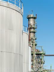 Industrieanlage mit Tanks und Turm