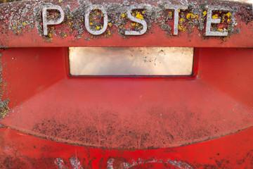 Cassetta postale  rossa delle Poste Italiane
