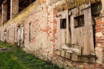 Muro vecchio  di un fienile