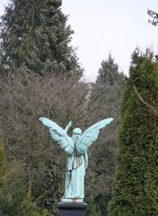 Rückansicht Großer Engel zeigt zum Himmel