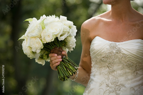Tuinposter Madeliefjes white bride wedding bouquet dress