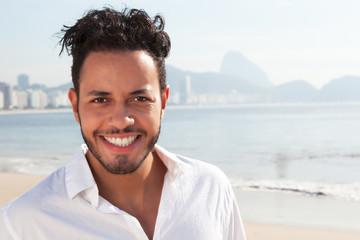 Lachender Brasilianer an der Copacabana