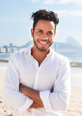 Brasilianer mit verschränkten Armen an der Copacabana