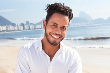 Fröhlicher Brasilianer an der Copacabana