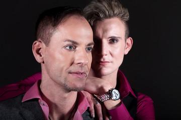 Homosexuelles Paar liebevoll im Studiolicht