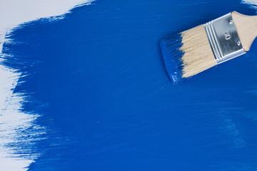Holzoberfläche mit blauer Farbe streichen