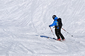 Skifahrer in blauem Outfit