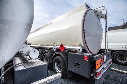 gasoline transporter - 79528552
